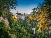Castillo mundialmente famoso de Neuschwanstein en la luz hermosa de la tarde, Alemania fotografía de archivo