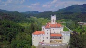 Castillo muy hermoso, antiguo en un ?rea del bosque foto de archivo