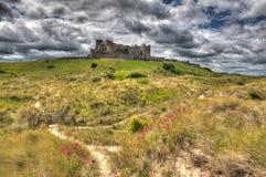 Castillo Northumberland de Bamburgh en una colina en hdr imagen de archivo libre de regalías
