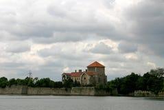 Castillo por el lago Fotos de archivo libres de regalías