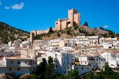 Castillo que pasa por alto la pequeña ciudad imagenes de archivo
