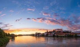Castillo que sube en una colina en el riverbank foto de archivo