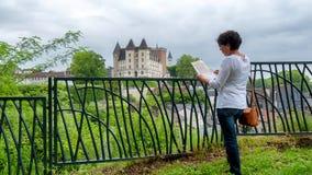 Castillo que visita de la mujer de la ciudad de Pau en Francia fotos de archivo