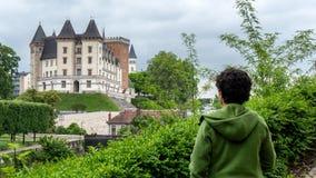 Castillo que visita de la mujer de la ciudad de Pau en Francia fotografía de archivo