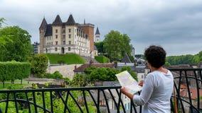 Castillo que visita de la mujer de la ciudad de Pau en Francia imagenes de archivo