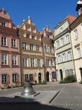Castillo real, casas urbanas viejas en la ciudad vieja de Varsovia, Polonia Opinión del día imagenes de archivo