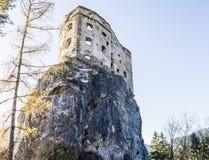 Castillo real de Likava - paredes destruidas de la fortaleza en la roca imagen de archivo libre de regalías
