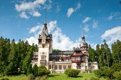 Castillo real idílico en un bosque de la montaña Fotografía de archivo