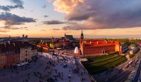 Castillo real y ciudad vieja en la puesta del sol en Polonia Imagen de archivo libre de regalías