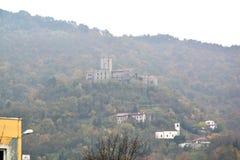 Castillo Rihenberk Kras de la región de Gorica Karst Primorska de la opinión del pueblo de Branik Eslovenia imagen de archivo