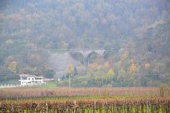 Castillo Rihenberk Kras de la región de Gorica Karst Primorska de la opinión del pueblo de Branik Eslovenia imagen de archivo libre de regalías