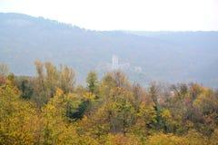 Castillo Rihenberk Kras de la región de Gorica Karst Primorska de la opinión del pueblo de Branik Eslovenia fotos de archivo