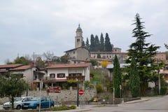 Castillo Rihenberk Kras de la región de Gorica Karst Primorska de la opinión del pueblo de Branik Eslovenia fotos de archivo libres de regalías