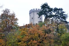 Castillo Rihenberk Kras de la región de Gorica Karst Primorska de la opinión del pueblo de Branik Eslovenia foto de archivo libre de regalías
