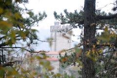Castillo Rihenberk Kras de la región de Gorica Karst Primorska de la opinión del pueblo de Branik Eslovenia foto de archivo