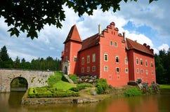 Castillo rojo con el puente y el lago Imagen de archivo