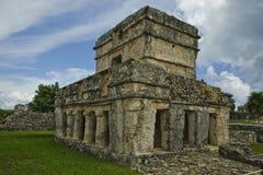 Castillo se compose de piliers et une tour carrée large se tient presque dans le tact en dépit du passage du temps Image libre de droits