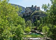 Castillo sobre Fontaine-de-Vaucluse Imagenes de archivo
