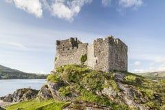 Castillo Tioram en el lago Moidart en Escocia Foto de archivo