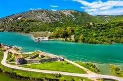 Castillo triangular veneciano y el canal de Vivari en Butrint en Albania imágenes de archivo libres de regalías
