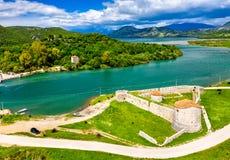 Castillo triangular veneciano y el canal de Vivari en Butrint en Albania imagen de archivo