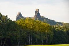 Castillo Trosky en bosque del otoño fotografía de archivo