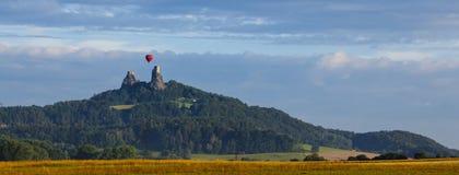 Castillo Trosky y globo del aire caliente Fotografía de archivo