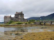 Castillo viejo con el puente de piedra en el lago imagenes de archivo