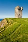 Castillo viejo en los acantilados de Moher en Irlanda. Fotografía de archivo libre de regalías