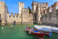 Castillo viejo en Sirmione, Italia imagen de archivo libre de regalías
