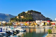 Castillo viejo en una ciudad mediterránea y el puerto Imagen de archivo