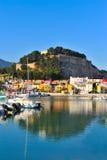 Castillo viejo en una ciudad mediterránea y el puerto Fotografía de archivo libre de regalías