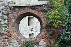 Castillo viejo, visión a través de la ventana redondeada fotos de archivo