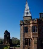 Castillo viejo y el chapitel imagenes de archivo