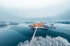 Castillo y árboles escarchados, Lituania de la isla de Trakai Imagen de archivo libre de regalías
