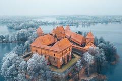Castillo y árboles escarchados, Lituania de la isla de Trakai Fotografía de archivo