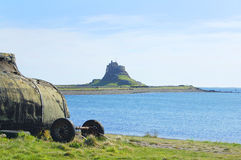 Castillo y bahía de Lindisfarne Fotos de archivo libres de regalías