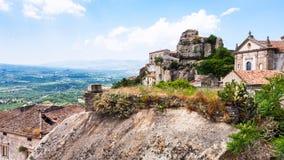 Castillo y basílica en la ciudad de Castiglione di Sicilia foto de archivo