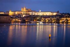 Castillo y Charles Bridge de Praga en la noche, República Checa foto de archivo