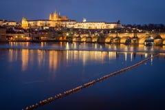 Castillo y Charles Bridge de Praga en la noche, República Checa fotos de archivo libres de regalías
