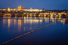 Castillo y Charles Bridge de Praga en la noche, República Checa fotografía de archivo libre de regalías