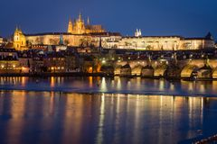 Castillo y Charles Bridge de Praga en la noche, República Checa imagenes de archivo