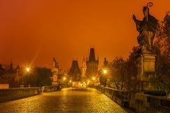 Castillo y Charles Bridge de Praga en la noche, República Checa Imagen de archivo
