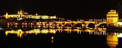 Castillo y Charles Bridge de Praga en Praga imagenes de archivo