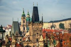 Castillo y Charles Bridge g?ticos con Lesser Town en el d?a soleado, Rep?blica Checa de Praga del oto?o colorido imagen de archivo libre de regalías