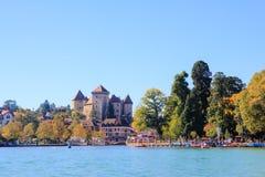 Castillo y lago Imagenes de archivo