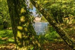 Castillo y lago de Nieul imagen de archivo libre de regalías
