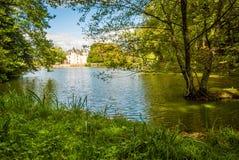 Castillo y lago de Nieul fotografía de archivo libre de regalías