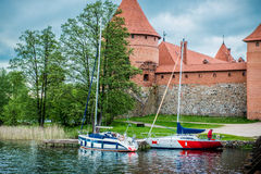 Castillo y lago de Trakai Foto de archivo libre de regalías