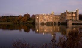 Castillo y lago ingleses viejos en la puesta del sol Foto de archivo
